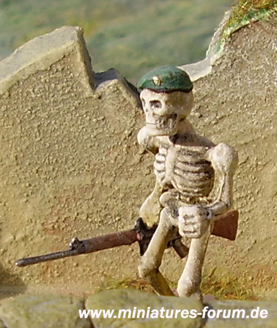 Conversione di una figura Games Workshop Skeleton Army al fante britannico di marina real non-morti con fucile L1A1