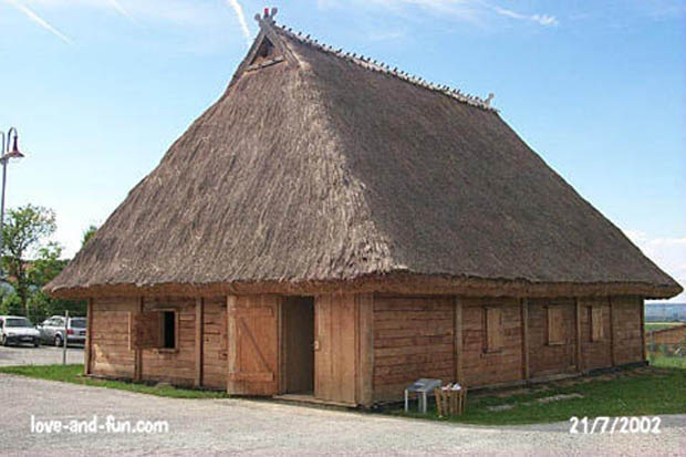 Reconstructed house on the site of the village celte à Hochdorf
