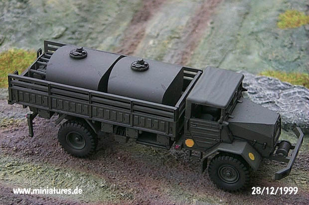 Fuel truck with 4600 l tank plant, 1:87 H0 Model Kit ROCO 421